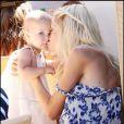 Tori Spelling et son mari Dean McDermott et leurs enfants Liam, 2 ans et sa petite Stella, 11 mois s'amusent en famille au parc à Malibu le 28 juin 2009