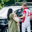 Meghan Markle, duchesse de Sussex, avec son fils Archie dans les bras le 10 juillet 2019 dans le Berkshire lors d'un tournoi de polo disputé par le prince Harry à Wokinghan.