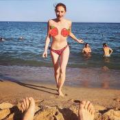 Déborah François seins nus, son chéri la prend en photo