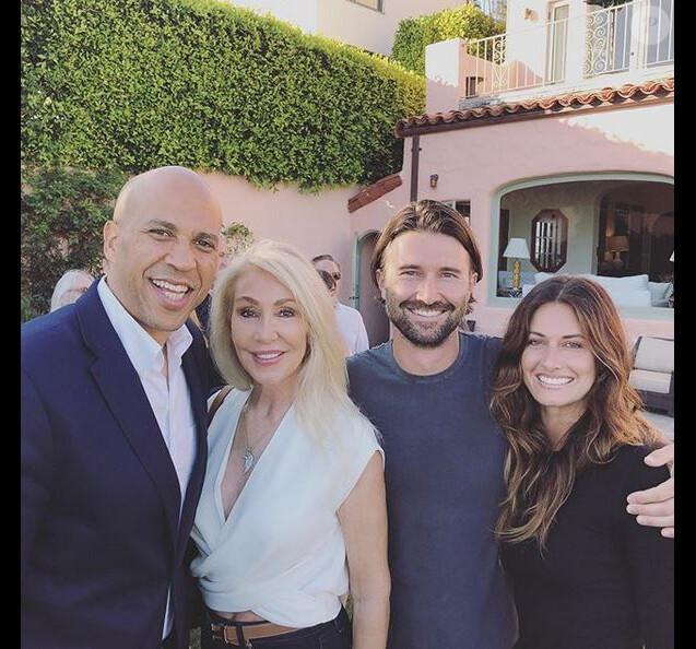 Le candidat à l'élection présidentielle américaine Corey Booker, Linda Thompson, son fils Brandon Jenner et sa compagne Cayley Stoker. Juillet 2019.