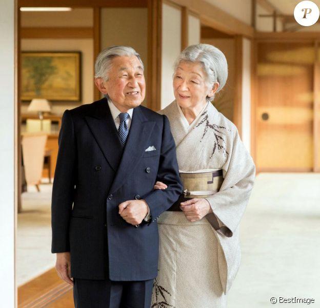 L'empereur Akihito et l'impératrice Michiko du Japon dans les jardins du palais impérial à Tokyo, à l'occasion du 85ème anniversaire de l'empereur, le 23 décembre 2019.