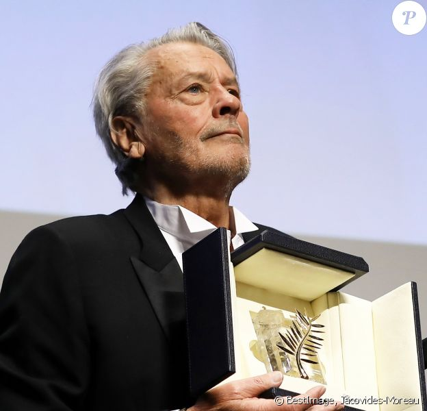 "Alain Delon (avec un badge Paris Match d'une ancienne couverture du magazine titrant ""Alain Delon, mes deux amours, Rosalie et Anouchka) - Remise de la Palme d'Honneur à Alain Delon lors du 72ème Festival International du Film de Cannes. On may 19th 2019 © Jacovides-Moreau / Bestimage"