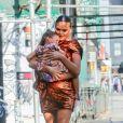 Chrissy Teigen se promène avec sa fille Luna dans les bras à New York, le 20 mai 2019.