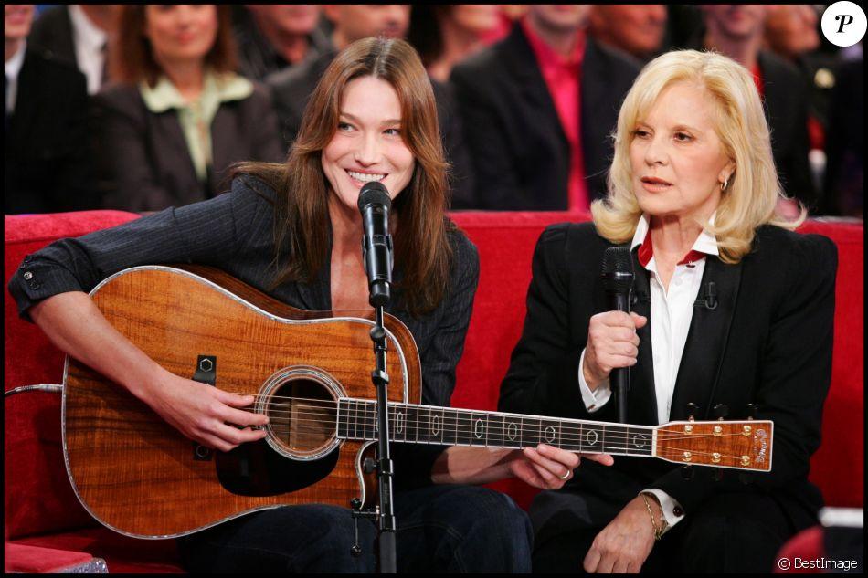 """Carla Bruni-Sarkozy et Sylvie Vartan lors de l'enregistrement de l'émission """"Vivement dimanche"""", à Paris, le 4 novembre 2009."""