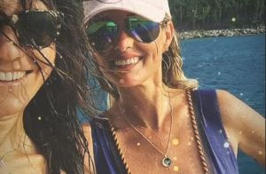 Laeticia Hallyday : Maillots de bain décolletés pour des étreintes entre amies