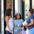 Christina Milian enceinte et sa fille Violet discutent avec des fans venus acheter des beignets dans Beignet Box food truck à Studio City, Los Angeles, le 21 août 2019