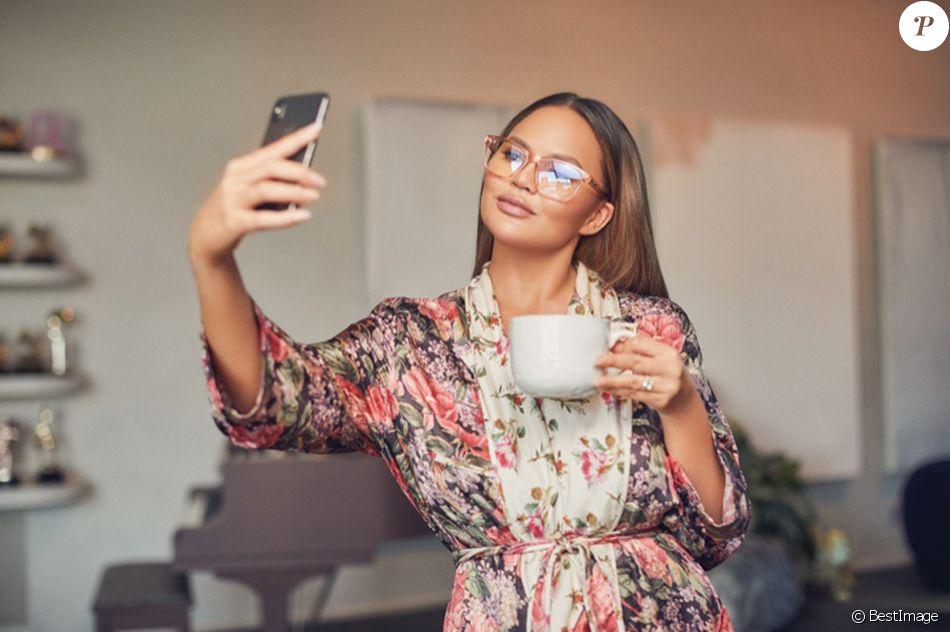 Chrissy Teigen pose pour sa collection de lunettes de soleil de la marque australienne Quay le 20 août 2019.