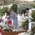 Laeticia Hallyday, ses filles Jade et Joy et Sylviane (la nounou) sont allées se recueillir sur la tombe de Johnny Hallyday au cimetière marin de Lorient à Saint-Barthélemy, le 16 avril 2018.