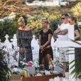 Laeticia Hallyday, Jean-Claude Camus avec sa fille Isabelle Camus, Marie Poniatowski - Laeticia Hallyday s'est recueillie sur la tombe de Johnny Hallyday avec Jean-Claude Camus accompagné de sa fille et de son petit-fils au cimetière de Lorient à Saint-Barthélemy le 24 avril 2018.