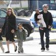 Angelina Jolie, Brad Pitt, leurs enfants Pax, Maddox et Zahara à la Nouvelle-Orléans, en 2007.