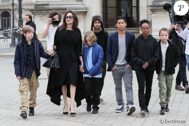 Angelina Jolie et ses enfants (Maddox, Zahara, Shiloh, Pax, Knox et Vivienne) quittent le musée du Louvre à Paris le 30 janvier 2018.