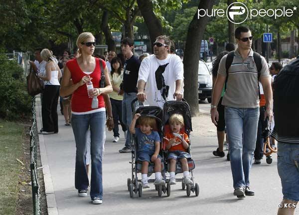 Kevin Federline, sa compagne et ses fils Sean Preston et Jayden James (fils de Britney Spears), à Paris