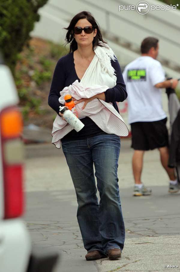 Carrie-Anne Moss et son petit bébé, entourés de son fils et son mari Steven Roy