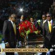 Les frères de Michael Jackson portent le cercueil au Staples Center et l'installent sur la scène...