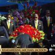 Les frères de Michael Jackson portent son cercueil au Staples Center