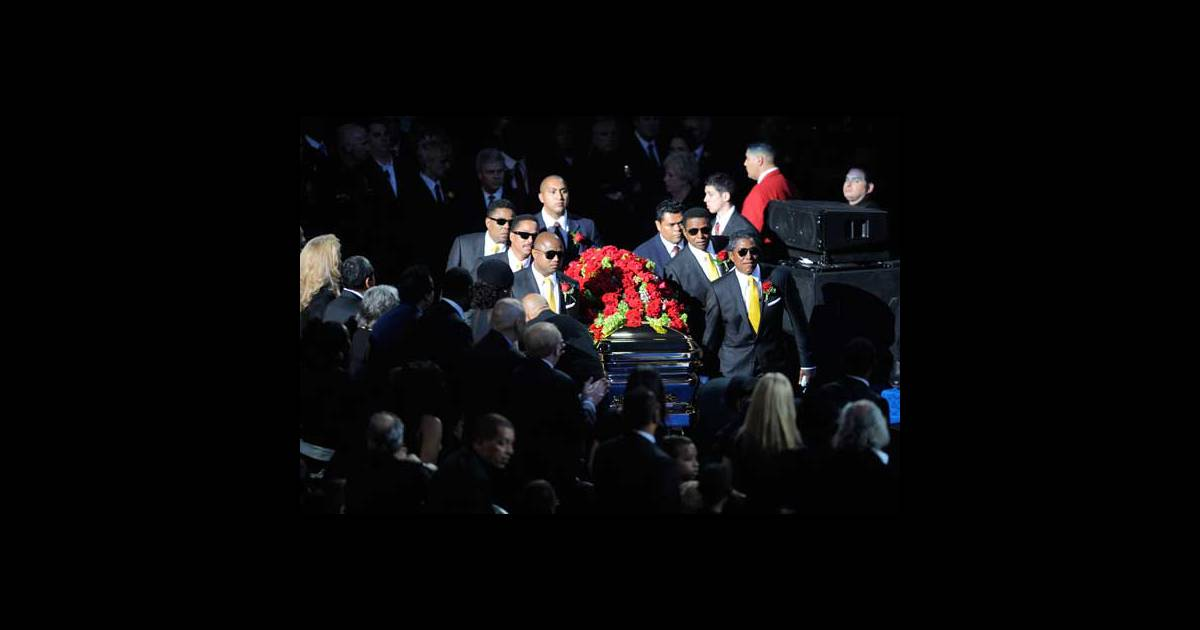 Les fr res de michael jackson portent son cercueil au for Les portent claquent