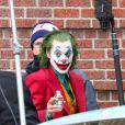 Joaquin Phoenix, maquillé en Joker, tourne une scène du film éponyme dans le quartier du Bronx à New York le 27 novembre 2018.