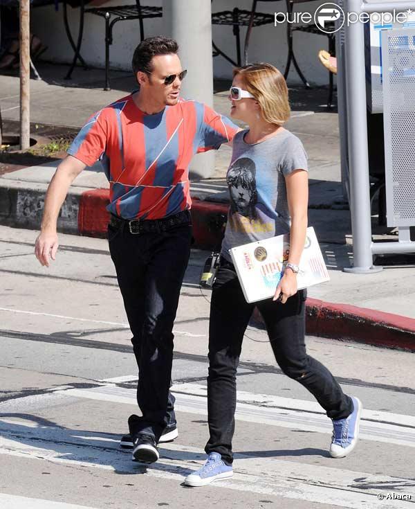 Kevin Dillon passe du bon temps en compagnie d'une jolie fille, entre deux scènes durant le tournage de la série Entourage