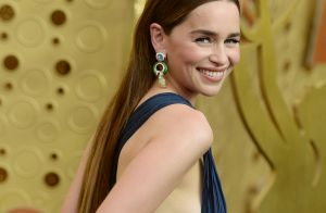 Emilia Clarke sensuelle devant Michelle Williams victorieuse aux Emmy Awards