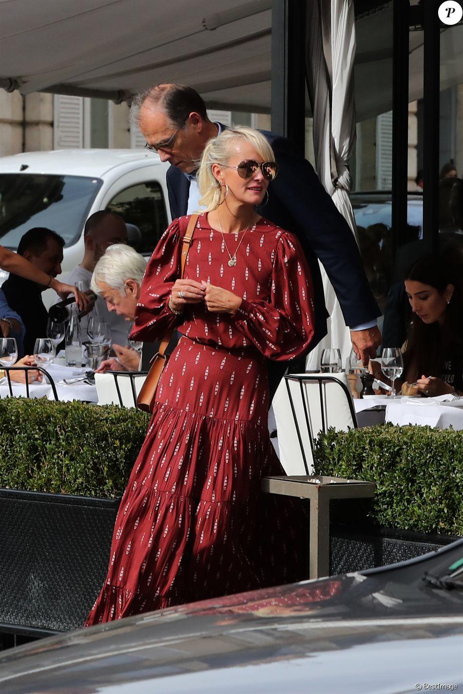 Laeticia Hallyday sort d'un déjeuner à l'Avenue avec un de ses avocats puis ils rejoignent à pied le cabinet pour un meeting le 23 septembre 2019.