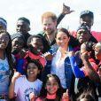 """Meghan Markle, duchesse de Sussex, et le prince Harry ont fait une photo de groupe lors de leur rencontre avec des membres de l'association """"Waves for Change"""" au Cap au matin de leur 2e journée en Afrique du Sud le 24 septembre 2019."""