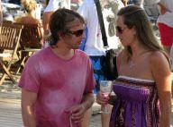James Blunt : la belle vie à Ibiza ! Les pieds dans le sable, un verre à la main et... une jolie brune pour compagnie !
