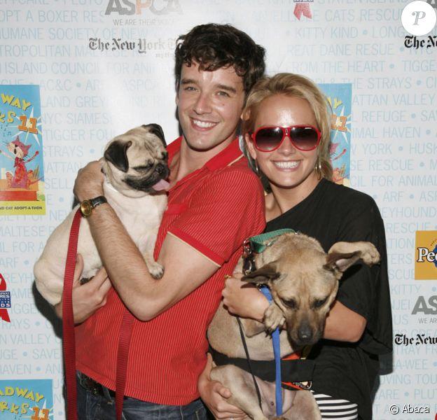 Michael Urie et Becki Newton le 11 juillet 2009 lors de la 11e édition de ''Broadway Barks'' à New York qui lutte pour les animaux dans les refuges