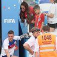 Le joueur anglais Jamie Vardy embrasse sa femme Rebekah et retrouve les siens à la fin du match Angleterre - Panama - Coupe du monde de football 2018 en Russie le 24 juin 2018 © Cyril Moreau / Bestimage