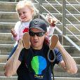Exclusif - Jeremy Renner passe la journée avec sa fille Ava Renner dans un zoo à Los Angeles, le 23 mai 2016.