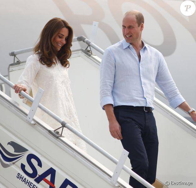 Le prince William, duc de Cambridge, et Catherine (Kate) Middleton, duchesse de Cambridge, arrivent à l'aéroport de Lahore dans le cadre de leur visite officielle au Pakistan, le 17 octobre 2019.