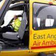 Le prince William, duc de Cambridge, lors de son premier jour en tant que pilote d'hélicoptère-ambulance au sein de l'organisme caritatif East Anglian Air Ambulance (EAAA) à l'aéroport de Cambridge, le 13 juillet 2015.