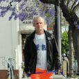Exclusif - Le guitariste de Red Hot Chili Peppers Flea se promène avec son chien et va déjeuner en terrasse à Los Angeles le 20 mai 2018.