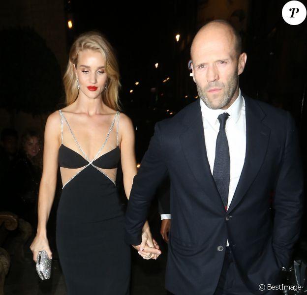 Jason Statham et sa compagne Rosie Huntington-Whiteley quittent la soirée 'The Harper's Bazaar Women Of The Year Awards' à l'hôtel Claridge's à Londres, le 29 octobre 2019.