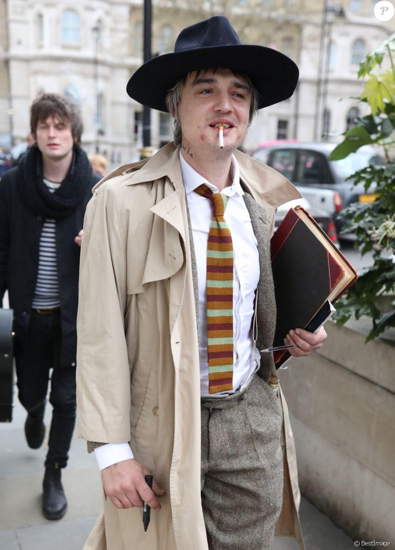Exclusif - Pete Doherty quitte les studios de la BBC, dans la poche intérieur de son manteau il transporte une bouteille. Londres, le 12 avril 2019.