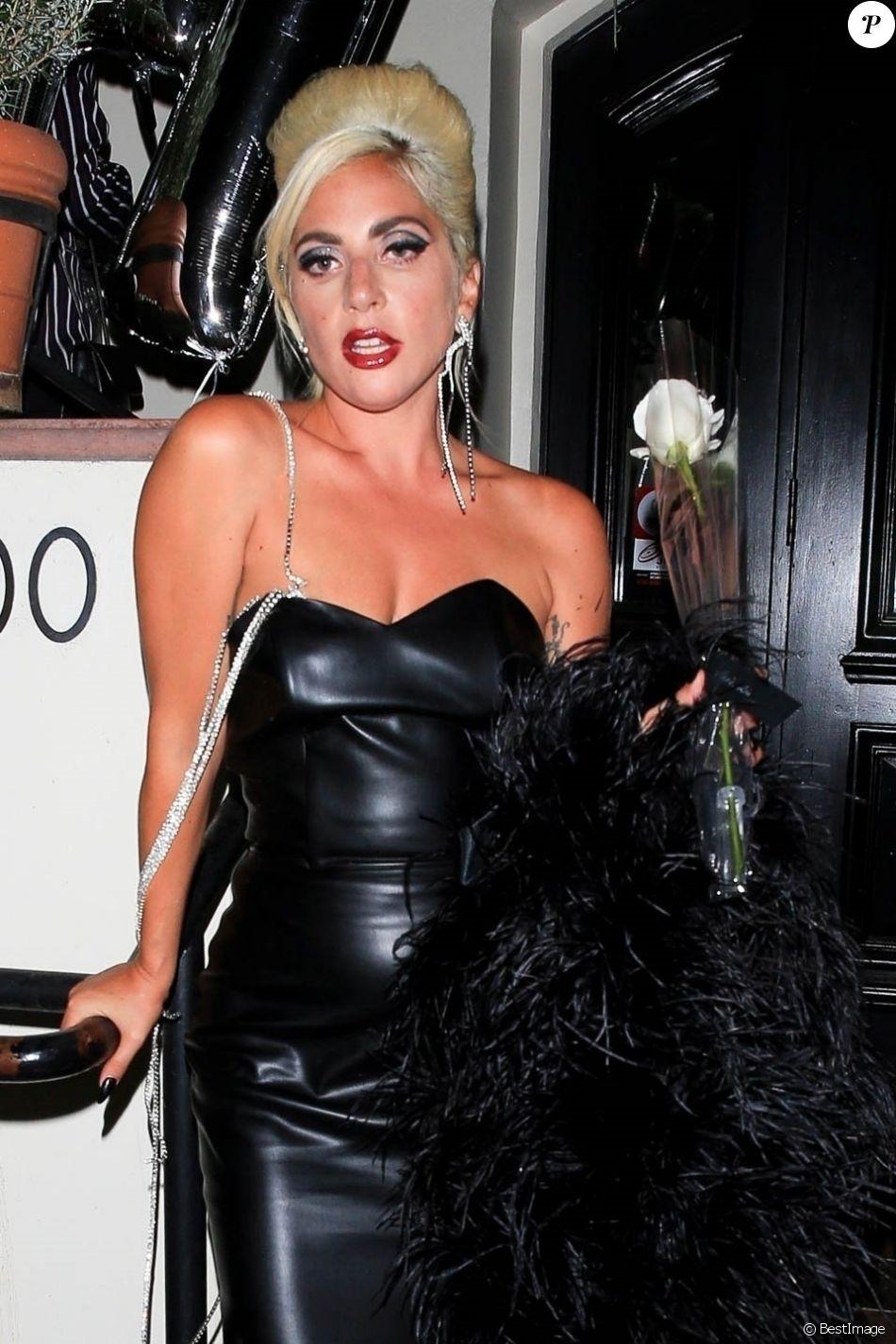 """Lady Gaga quitte le restaurant AOC à West Hollywood après la soirée organisée pour le lancement de sa ligne de cosmétiques """"Haus Laboratories"""", le 17 juillet 2019."""