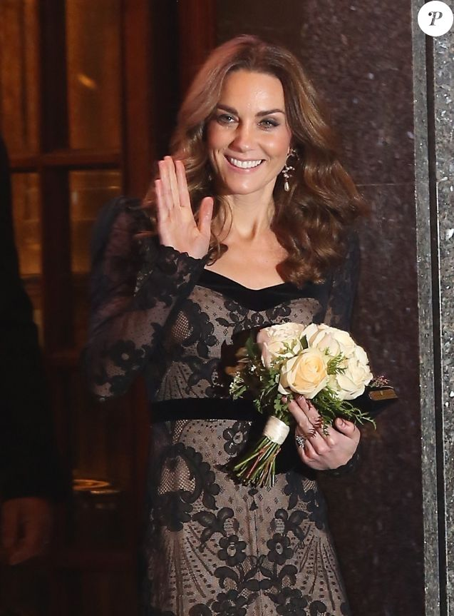 Kate Middleton, duchesse de Cambridge, en robe Alexander McQueen, repart le 18 novembre 2019 du Palladium Theatre à Londres après la Royal Variety Performance, gala annuel au profit de la Royal Variety Charity qui soutient les professionnels du divertissement dans le besoin.