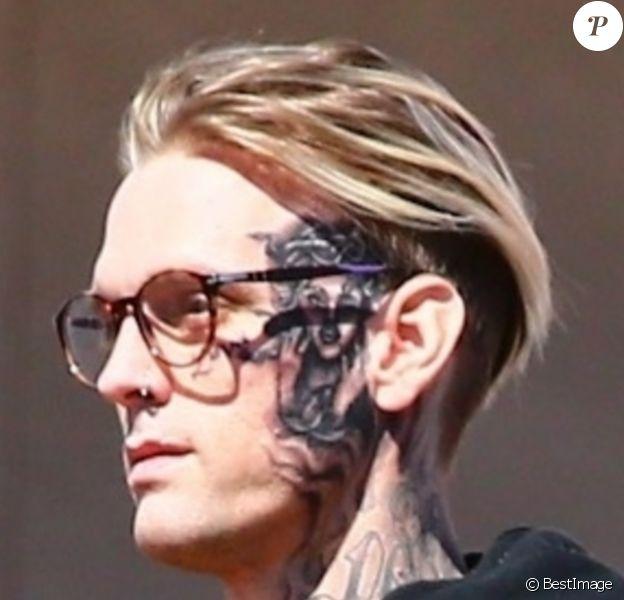 Aaron Carter s'est fait tatouer le visage de Rihanna sur le visage à Los Angeles. Le tatouage représente la couverture d'un magazine vintage où Rihanna pose avec des serpents! Le 29 septembre 2019