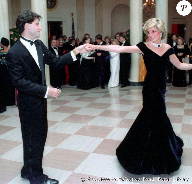 Lady Diana (dans sa robe en velours Victor Edelstein) et John Travolta lors du dîner officiel organisé à la Maison-Blanche par le président américain Ronald Reagan le 9 novembre 1985.