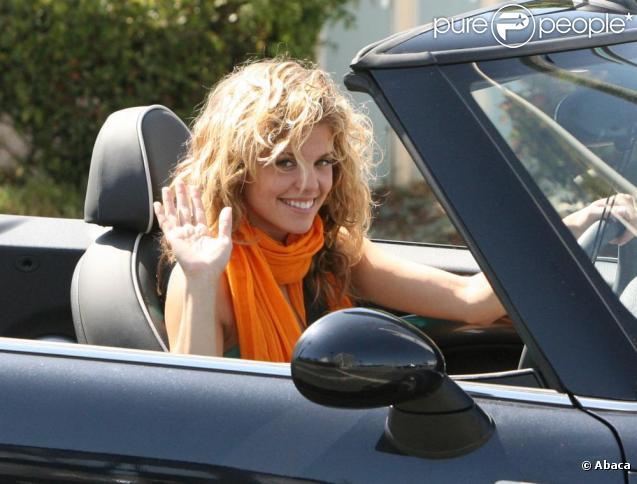 AnnaLynne McCord fait un concours de belles carrosseries avec sa voiture...