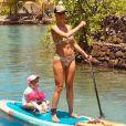 Sylvie Tellier et sa fille Margaux sur un paddle, à Tahiti, le 26 novembre 2019