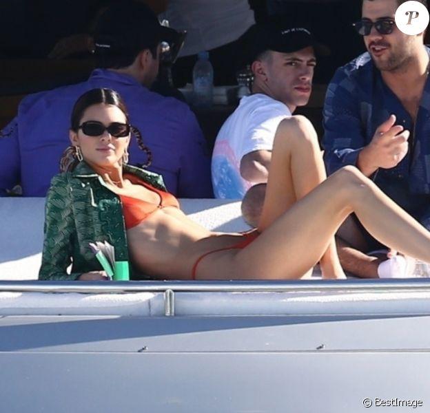 Kendall Jenner prend du bon temps sur le yacht de D.Grutamn, à l'occasion d'Art Basel, à Miami, le 6 décembre 2019.