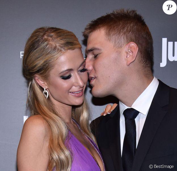 """Paris Hilton et son fiancé Chris Zylka au photocall de la soirée de lancement de sa gamme de cosmétique """"Prod. N.A. Skincare"""" à Milan, le 20 octobre 2018."""