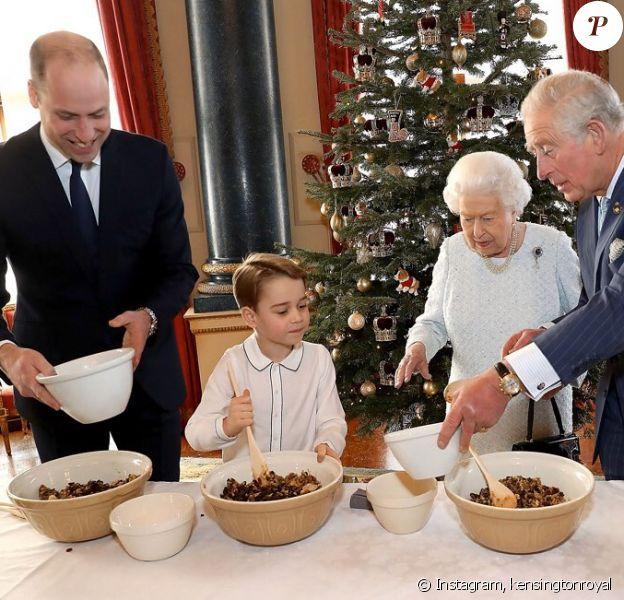 La reine Elizabeth, le prince Charles, le prince William et le prince George réunis pour un cours de cuisine au palais de Buckingham, le 21 décembre 2019.