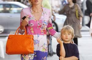 Sharon Stone est une mère sévère : elle punit son fils en l'obligeant à porter... des Crocs !