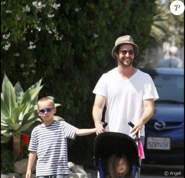 Noah Wyle en promenade avec son fils Owen et sa fille Auden à Malibu