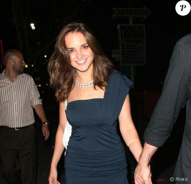 Rachel Leigh Cook et son mari, Daniel Gillies sortent main dans la main dans les rues de Los Angeles le 30 juillet 2009