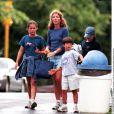 Caroline Kennedy et ses trois enfants, Rose, Tatiana et John en août 1999 à Hyannis Port.