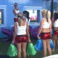 Les filles de la maison jouent les pom-pom-girls