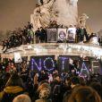 """Rassemblement sur la place de la République suite à l'attentat au siège de """"Charlie Hebdo"""" à Paris le 7 janvier 2015."""