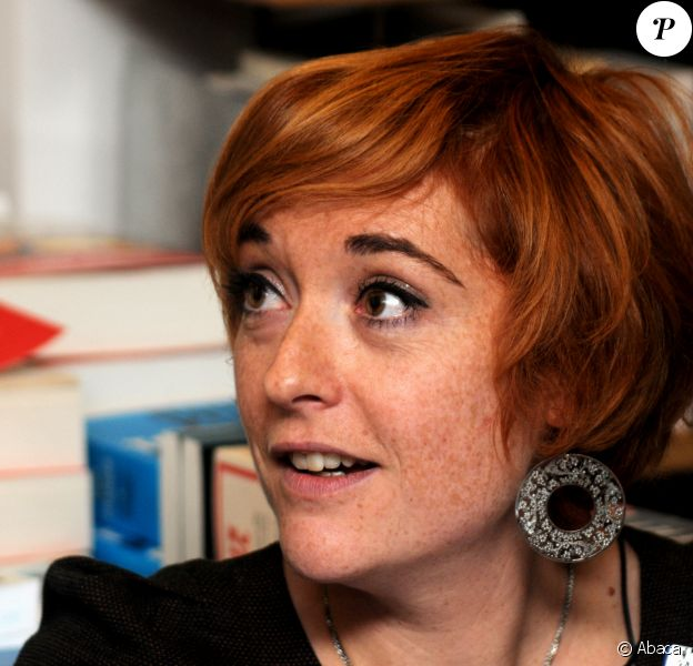 """Chloé Verlhac (épouse du dessinateur de """"Charlie Hebdo"""" assassiné, Tignous) lors de la séance de dédicaces de son livre hommage à Tignous au Théâtre du Rond Point à Paris. Le 15 octobre 2015. @Alain Apaydin/ABACAPRESS.COM"""